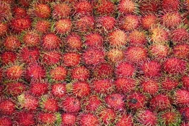 緑の毛とピンクの果物