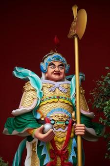 斧を持った男の像