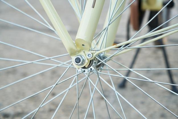 自転車のスポークのクローズアップ