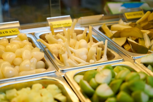 Металлические лотки с овощами