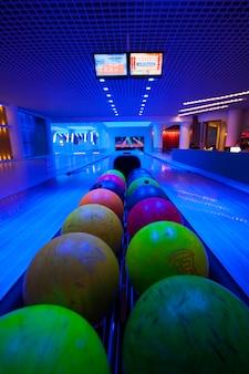 夜のシティライフ紫色のライフスタイルのボウリングのボール