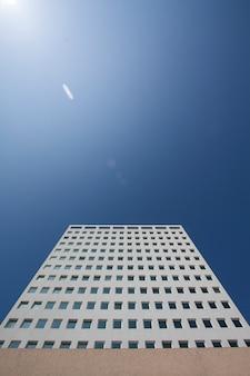 Здание небоскреб архитектура строительство голубое небо
