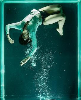 Человек внутри гигантского аквариума
