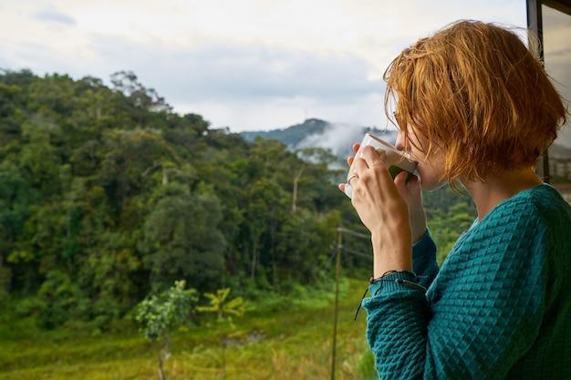 美しさ赤い頭冷たい森のコーヒー
