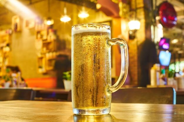 Желтый крупным планом пить алкоголь на открытом воздухе