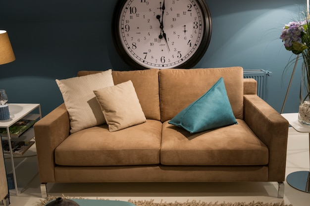 リビングルーム(ソファ、枕、時計付き)