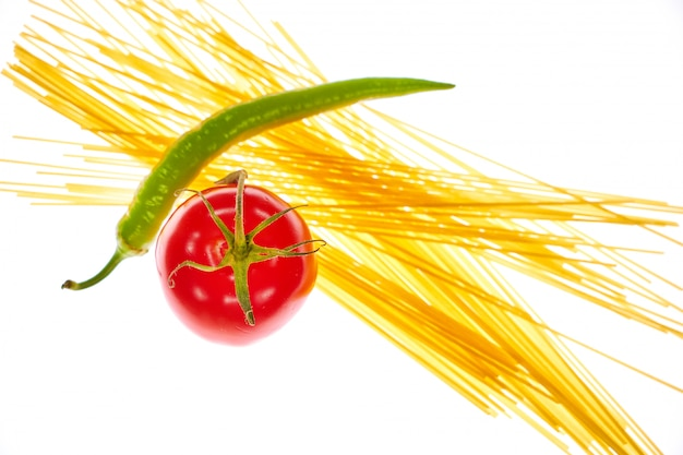トマト、胡椒、パスタ、白、背景
