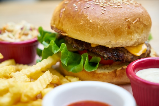 Вкусный гамбургер на столе