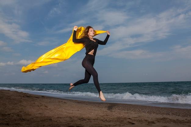 ビーチでジャンプ女