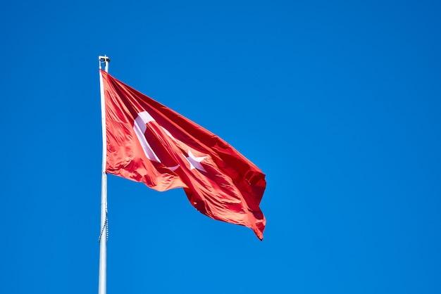 トルコの国旗と青い空