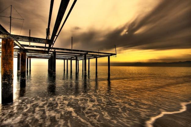 ビーチで憂鬱夕日