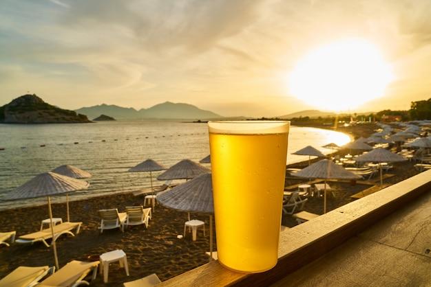 冷たいおいしいビールとビーチの眺め