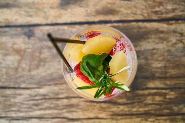 Холодный коктейль из свежих фруктов