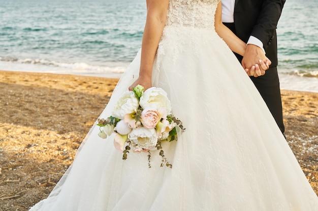 結婚式で屋外の新郎新婦