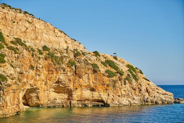 Идиллический вид на скалы в солнечный день
