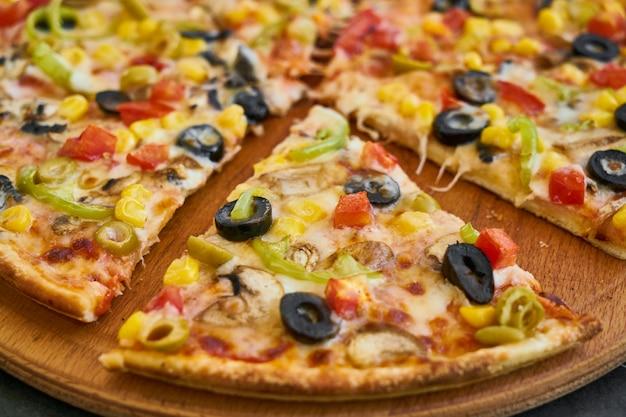 Вкусная свежая вегетарианская итальянская пицца
