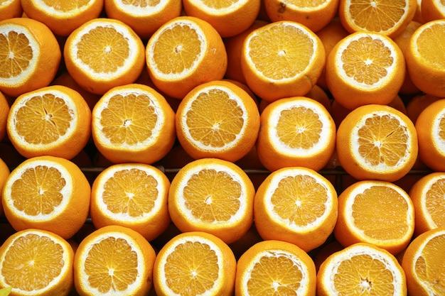 オレンジは半分にカット
