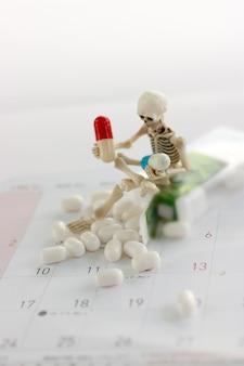 スケルトンと薬、医療、そして薬物に対する概念。