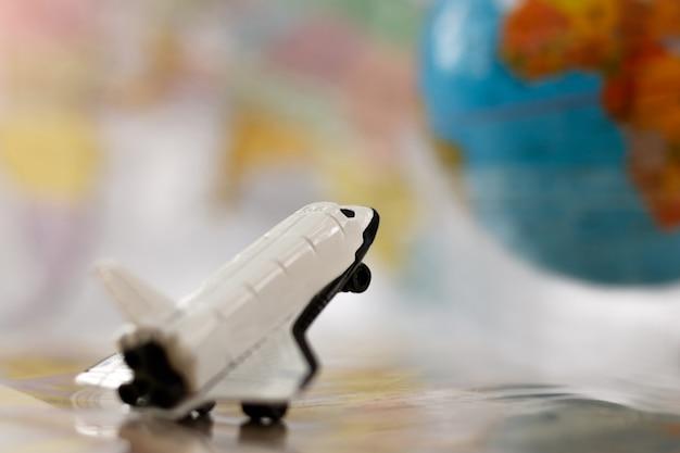 世界地図と飛行機。