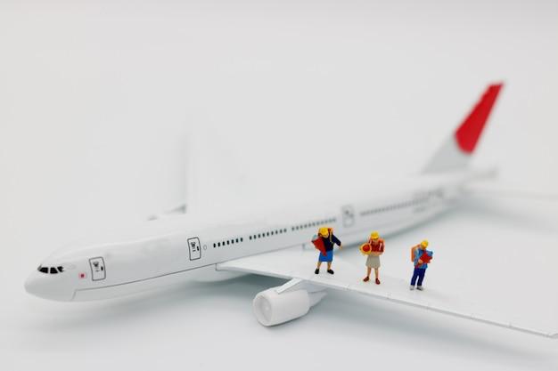 ミニチュアの人々:飛行機、旅行の概念上の子供。