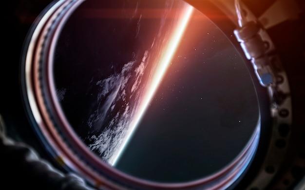 宇宙船の舷窓から地球惑星。サイエンスフィクションアート。
