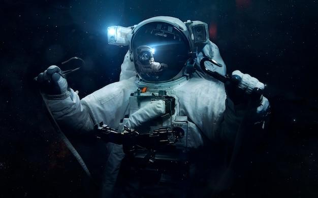 宇宙飛行士。サイエンスフィクションスペース、信じられないほど美しい惑星、銀河、無限の宇宙の暗くて冷たい美しさ。