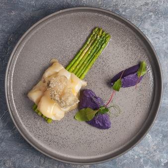 グリーンアスパラガスと白身魚。コンセプト:健康食品。上面図