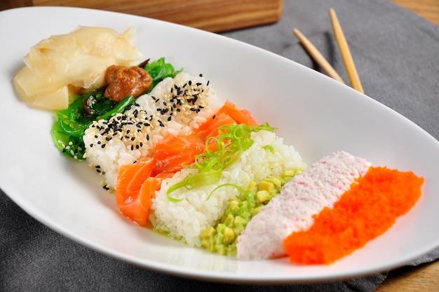 Красивая слоистая тыква с лососем на белой тарелке
