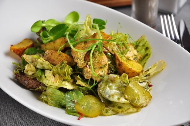Теплый салат с говядиной, курицей, свининой и овощами