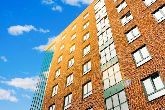 空に対して近代的な多階建てのれんが造りの建物。