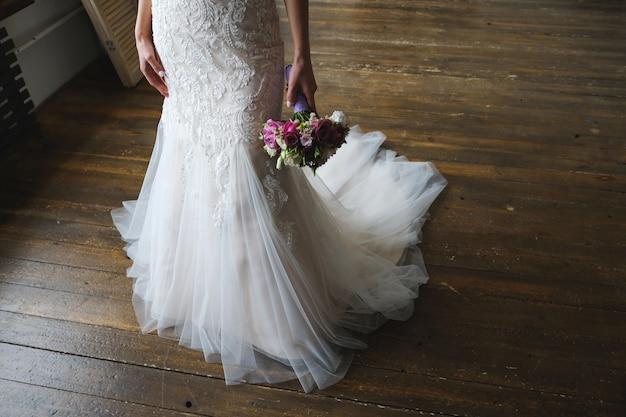 花嫁の手で美しいウェディングブーケ