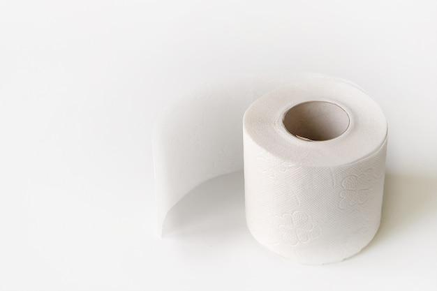 白で隔離されるトイレットペーパーロール