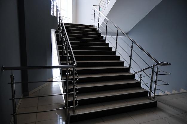 Пустая лестница в колледже, школе, офисном здании или торговом центре.
