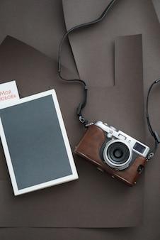 Блокнот с камерой. вид сверху. на вкладке страницы книги надпись моя любовь.