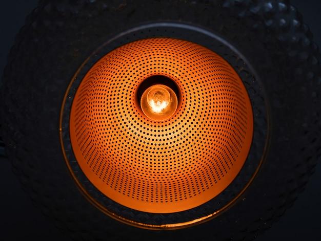 Лампа с включенной горящей стеклянной колбой. дизайнерский свет и освещение в интерьерах. создание уникального освещения помещений и интерьеров.
