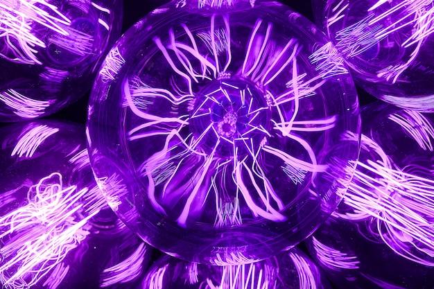 Стекло ретро эдисон лампы фиолетовый, на темном фоне, крупным планом. дизайнерский свет и освещение в интерьерах.