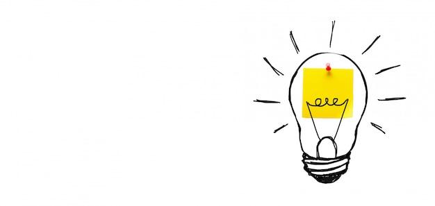Творческий рисунок лампочку на желтой наклейке, на белом фоне. концепция новых идей, инноваций, решения проблем. баннер.