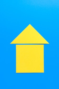 色紙で切り取られた家。家を所有し、購入し、家を建てるという夢を実現するというコンセプト。
