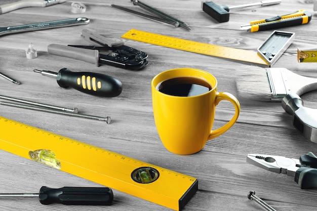 Чашка кофе и инструменты