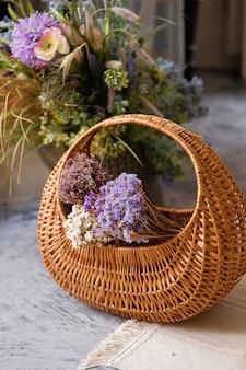 新鮮な花の枝編み細工品バスケット