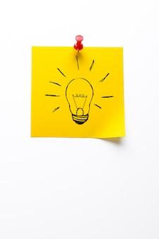 黄色の付箋に電球の創造的な描画