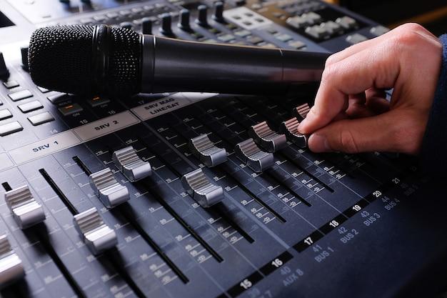 Усилительное оборудование в студии и микрофон