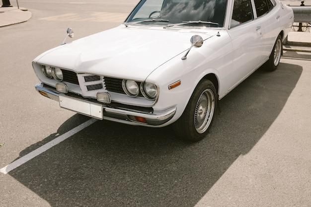 駐車場に白のビンテージレトロな車。