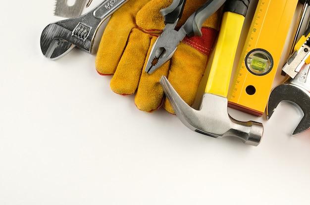 Инструмент для строительства дома или ремонта квартиры, на белом фоне. рабочее место мастера. тема дома и профессионального ремонта и строительства. скопируйте пространства для текста. баннер.