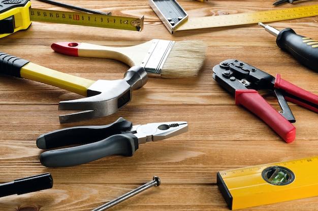 Инструменты для строительства дома или ремонта квартиры, на деревянном столе. рабочее место мастера. тема дома и профессионального ремонта и строительства.