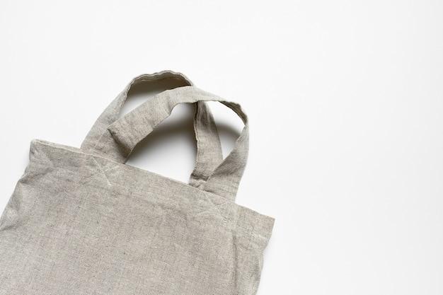 Эко-сумка из льна и хлопка на белом столе.