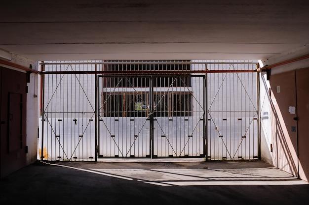 閉じた門と行き止まりにつながるトンネル内の道。