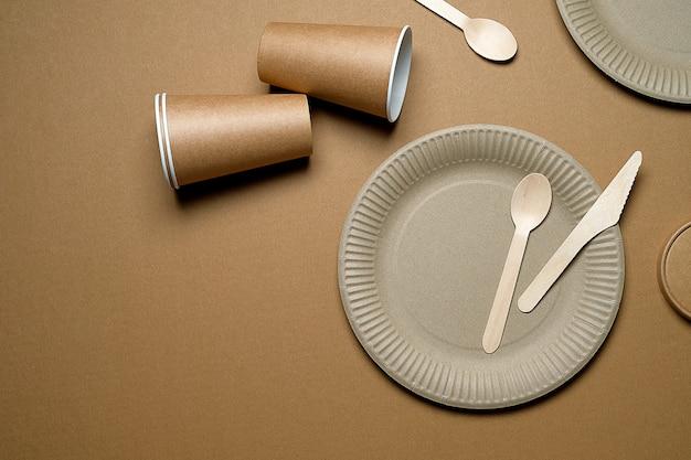 竹と紙を段ボールにした環境に優しい使い捨て食器。写真はざらつきとノイズに覆われています。