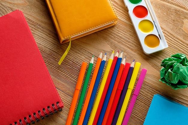 色のマーカーと鉛筆、描画パッド、水彩画。