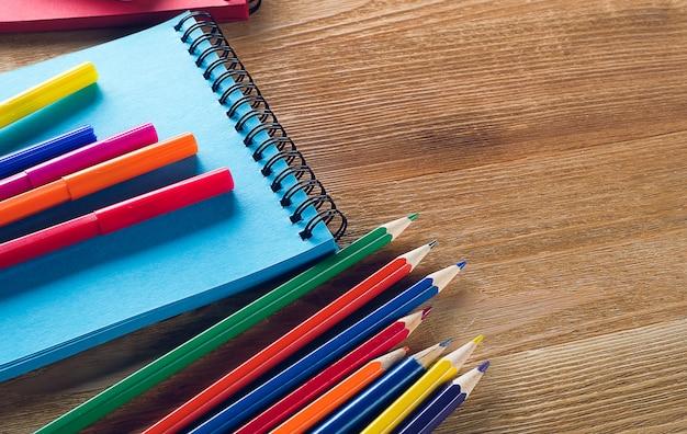 マーカーと鉛筆、描画パッド。